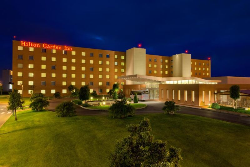 A 5-minute drive from Fiumicino Airport, Hilton Garden Inn Rome Airport offers air-conditioned rooms with soundproofing